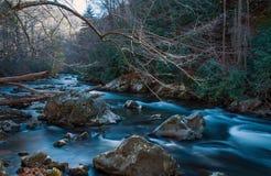 Weicher flüssiger Fluss mit Felsen Stockbild