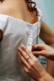 Weicher Fokus im Schnüren des Hochzeitskleides Lizenzfreies Stockfoto