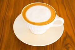 Weicher Lattekaffee auf Tabelle Stockfoto