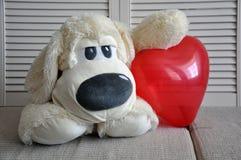 Weicher Spielzeughund haben sie ein Herz Liebe, Romance, Weichheit stockfoto