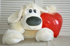 Weicher Spielzeughund haben sie ein Herz Liebe, Romance, Weichheit stockbilder