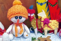 Weicher Spielzeugschneemann in einem orange Hut und in einem Schal stockfotos