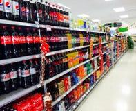 Weicher und sprudelnder Getränkgang im Supermarkt Stockbilder