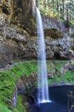Weicher Wasserfall, der auf blaues azurblaues Wasser kaskadiert Stockfotografie