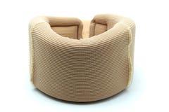Weicher zervikaler Kragen; Hals-Klammer für Nackenschmerzen auf weißem Hintergrund Lizenzfreies Stockfoto