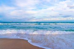 Weiches abstraktes Hintergrundoberflächenmuster der blauen Meereswellen Lizenzfreie Stockfotos