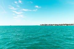 Weiches abstraktes Hintergrundoberflächenmuster der blauen Meereswellen Lizenzfreies Stockfoto