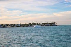 Weiches abstraktes Hintergrundoberflächenmuster der blauen Meereswellen Stockbild