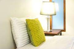 Weiches Bett-Kissen im Bett Lizenzfreie Stockfotografie
