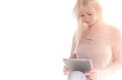 Weiches Bild der jungen Frau, die ein iPad verwendet Stockfoto