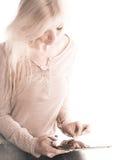 Weiches Bild der jungen Frau, die ein iPad verwendet Stockfotografie