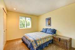 Weiches Elfenbeinschlafzimmer mit Weidenkasten Lizenzfreie Stockfotos