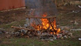 Weiches Flammenfeuer und -smog ist brennender Abfall oder Abfall auf dunklem Hintergrund Einäscherung des Abfalls verursacht Luft stock video footage