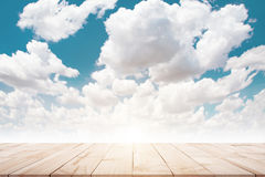 Weiches Holz auf Himmel in der Pastellart lizenzfreie stockbilder