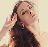 Weiches Porträt des schönen langen Haares mit grünen hellen Augen nahaufnahme Stockbild