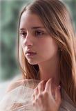 Weiches Portrait der junge Frauen-Holding-Gaze Stockbilder
