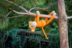 Weiches Spielzeug - Affe auf dem Baum Stockfotografie
