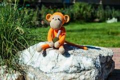 Weiches Spielzeug - Affe mit Granate Lizenzfreie Stockfotografie