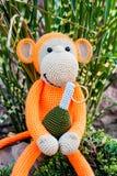 Weiches Spielzeug - Affe mit Granate Stockfotografie