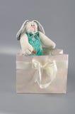 Weiches Spielzeug im Geschenkpaket Stockfotos