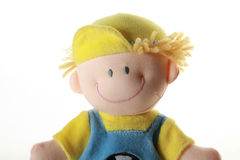 Weiches Spielzeug - lächelnder Junge im Farbentuch, auf Weiß Stockfoto