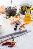 Weichkäse mit würzigen Oliven Lizenzfreie Stockbilder