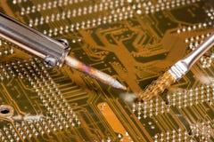 Weichlöten eines Computervorstands Stockbild