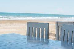Weichschrot von blauen Stühlen und von Tabelle stockfoto