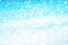 Weichzeichnung bokeh Lichteffekte über einem geplätscherten, blauen Wasser Stockfotos