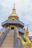 Weichzeichnung das Schongebiet, Tempel, Buddha, Symbol von Phaya-Nagas mit dem Strahl, Licht und Blendenfleck bewirkt Ton Das all Lizenzfreies Stockbild