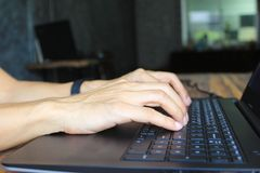 Weichzeichnung des jungen Mannes des Freiberuflers arbeitend unter Verwendung der Laptop-Computers im Innenministerium, in der Ko lizenzfreie stockfotografie