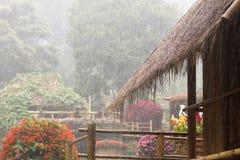 Weichzeichnung, Regentropfen, der vom Strohdach fällt Stockbild