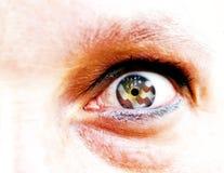 Weichzeichnung und Abschluss oben eines grünen Auges der gelben Frau lokalisiert auf einem weißen Hintergrund mit USA-Flagge in d Lizenzfreie Stockbilder