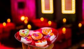 Weichzeichnungs-Valentinsgruß-Tagesherz-geformte Sushi-Servierplatte stockfotos