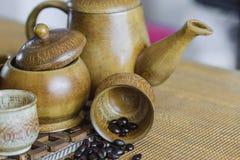 Weichzeichnungsbild von den Kaffeebohnen und von Kaffeetassen eingestellt Stockfoto