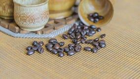 Weichzeichnungsbild von den Kaffeebohnen und von Kaffeetassen eingestellt Stockbild