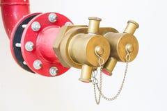 Weichzeichnungswasserventile für Feuerschutz auf weißer Wand Lizenzfreies Stockfoto