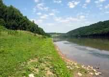 Weide dichtbij de rivier stock afbeelding