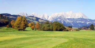 Weide en bergen in Kitzbuhel - Oostenrijk Stock Foto's
