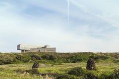 Weide en een modern gebouw in Seopjikoji op Jeju-Eiland Royalty-vrije Stock Fotografie