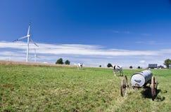 Weide met windmolens stock afbeelding