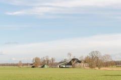 Weide mit Bauernhof Stockfoto