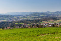 Weide op Berg Heitersberg met mening aan Jura Chain, dichtbij Zur Stock Afbeeldingen
