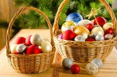 Weiden- Körbe mit Weihnachten-glassballs Stockbilder