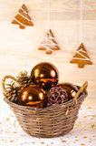 Weiden- Korb mit Weihnachten-glassballs Lizenzfreie Stockfotografie