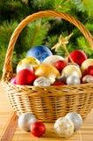 Weiden- Korb mit Weihnachten-glassballs Stockfoto
