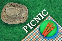 Weidencowboy-Female Hat And-Picknick-Zeichen auf dem Gras Stockfoto