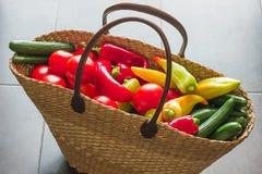 Weideneinkaufstasche füllte mit Frischgemüse vom Markt Stockbilder