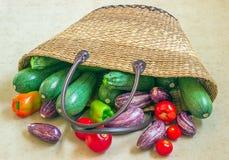 Weideneinkaufstasche füllte mit Frischgemüse vom Markt Stockbild