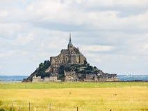 Weidenfelder um mont Heiligmichel-Abtei Stockfotos